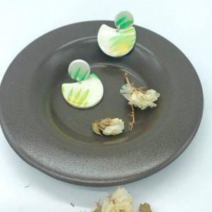 pendientes hechos a mano blancos y verdes con acabado de resina de joyería y montados en plata. Diseñados por kaykai