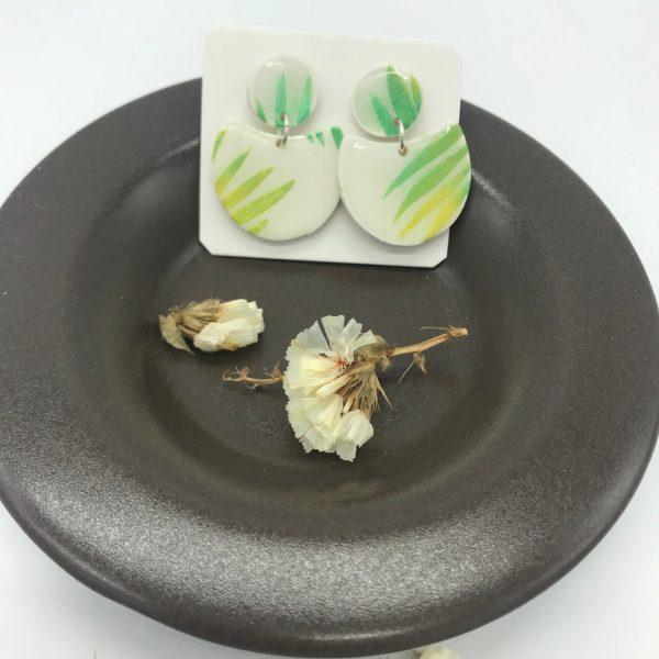 pendientes artesanales blancos y verdes con acabado de resina de joyería y montados en plata. Hechos por kaykai