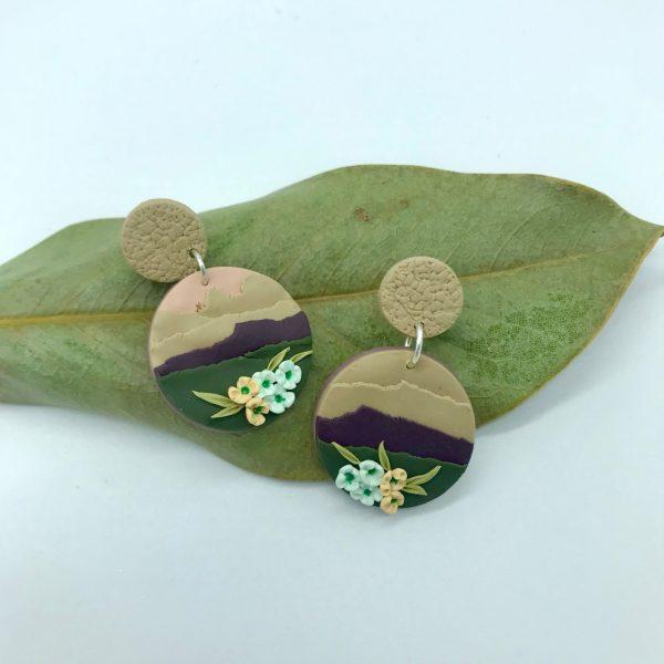 Pendientes hechos a mano redondos con flores diseñados por kaykai
