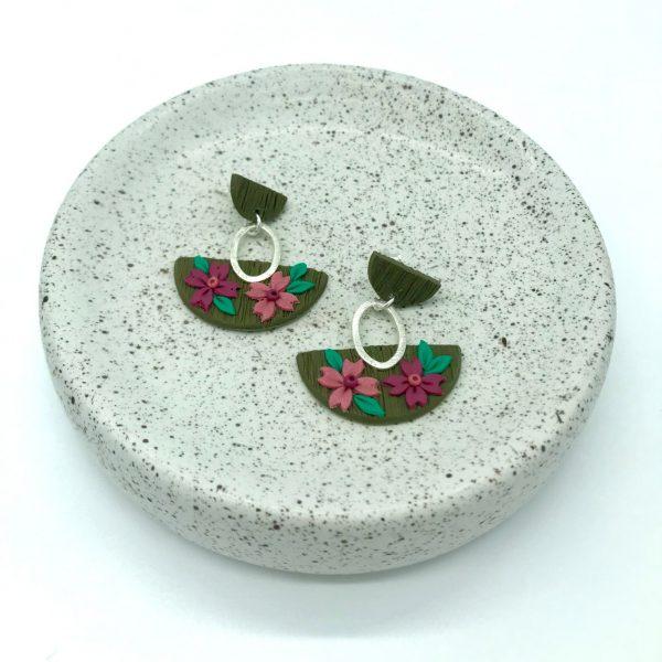 Pendientes hechos a mano con forma de media luna y con flores, diseño de kaykai