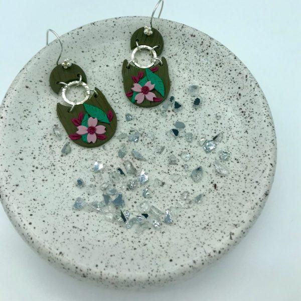 Pendientes artesanales de flores y plata. Hecho por kaykai