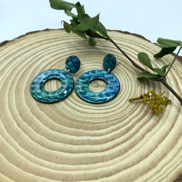 Pendientes artesanales redondos azules con acabado de resina de joyería hechos por kaykai.