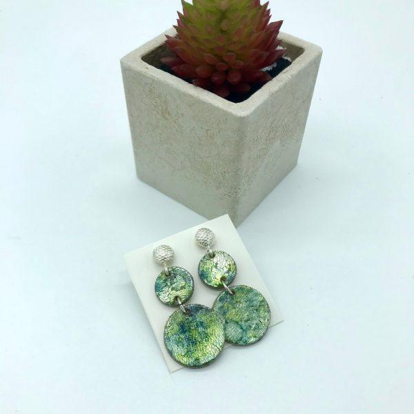 Pendientes redondos verdes artesanales de plata y arcilla polimérica diseño de kaykai