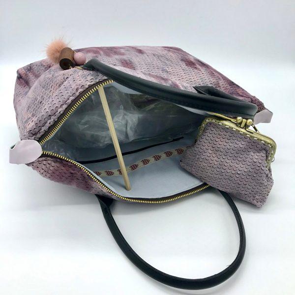 Bolso de mano y cierre de cremallera modelo Cora, diseñado por kaykai