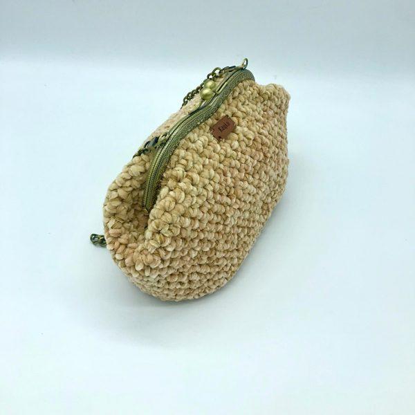 Bolso beige de crochet con cierre de boquilla modelo Vera hecho a mano y diseñado por kaykai