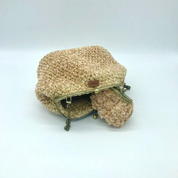 Bolso beige de crochet con cierre de boquilla modelo Vera. kaykai
