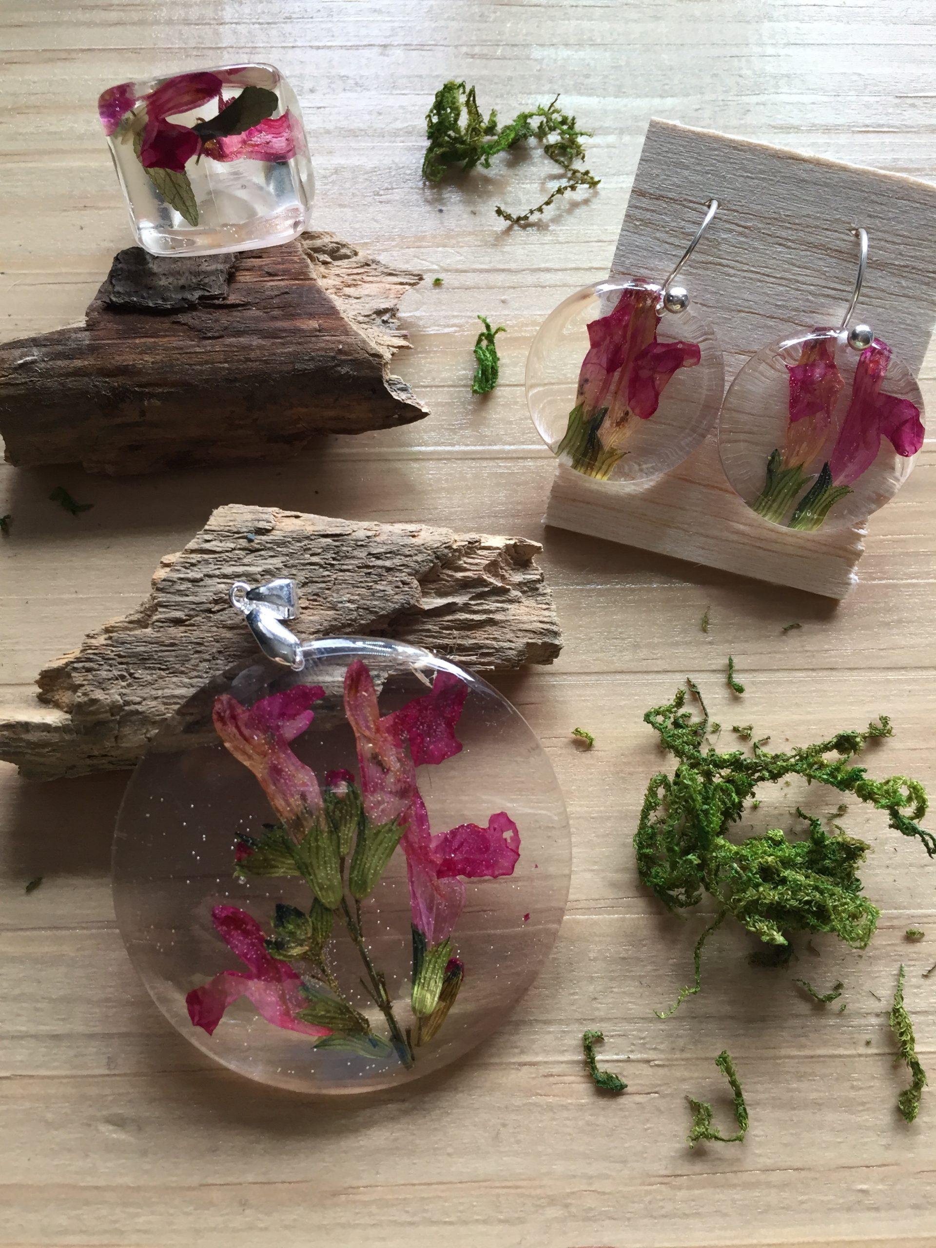Bisutería y complementos artesanales de flores. kaykai
