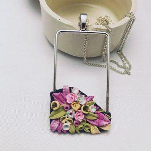 Colgante con flores de arcilla de kaykai.