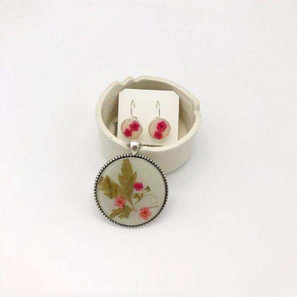Conjunto de colgante y pendientes de resina y flores. kaykai